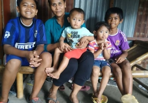 Raihan_his_mom_and_his_brothers_and_sister_Large